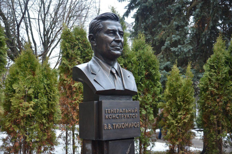 На территории НИИП открыли бюст В.В. Тихомирова
